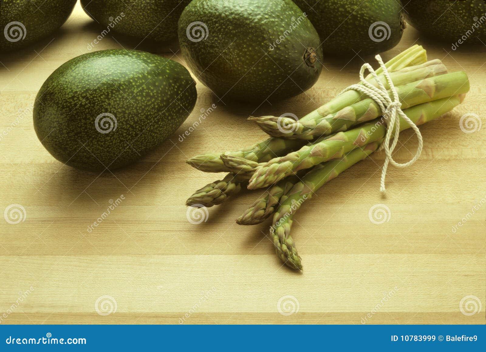 Avocado s en asperge op slagersblok