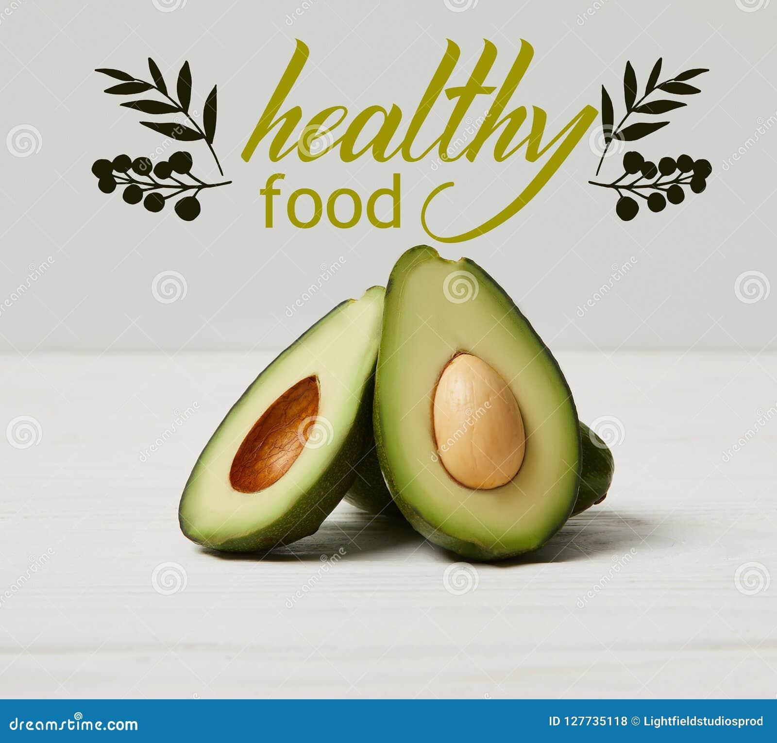 Avocado verde organico, concetto pulito di cibo, iscrizione sana dell alimento