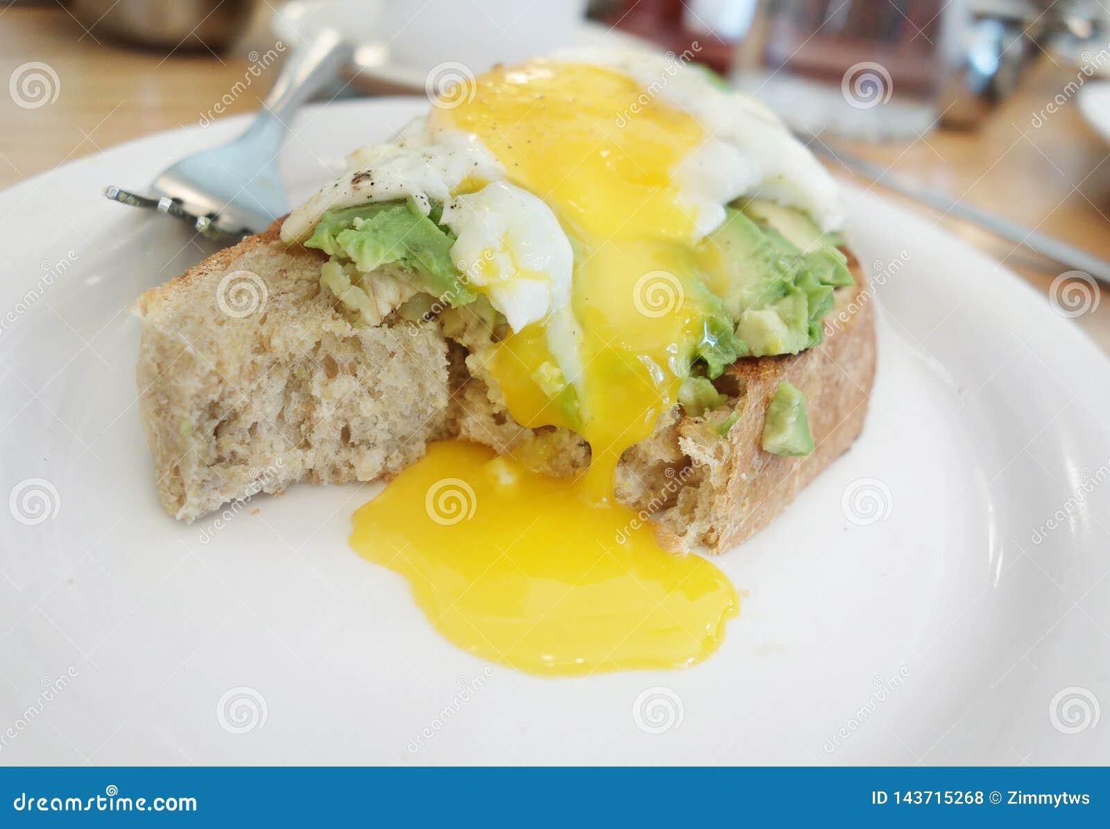 Avocadotoost met eieren