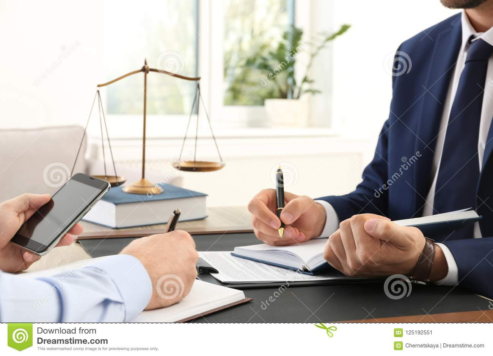 Avocat travaillant avec le client à la table dans offic