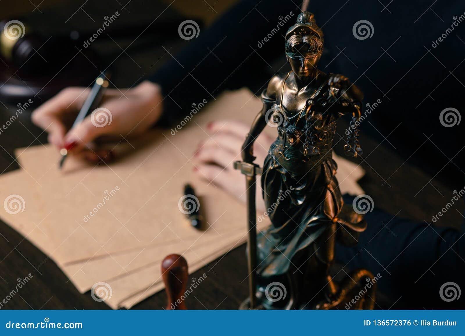 Avocat travaillant avec les papiers de contrat et le marteau en bois sur le tabel dans la salle d audience juge et loi, mandatair