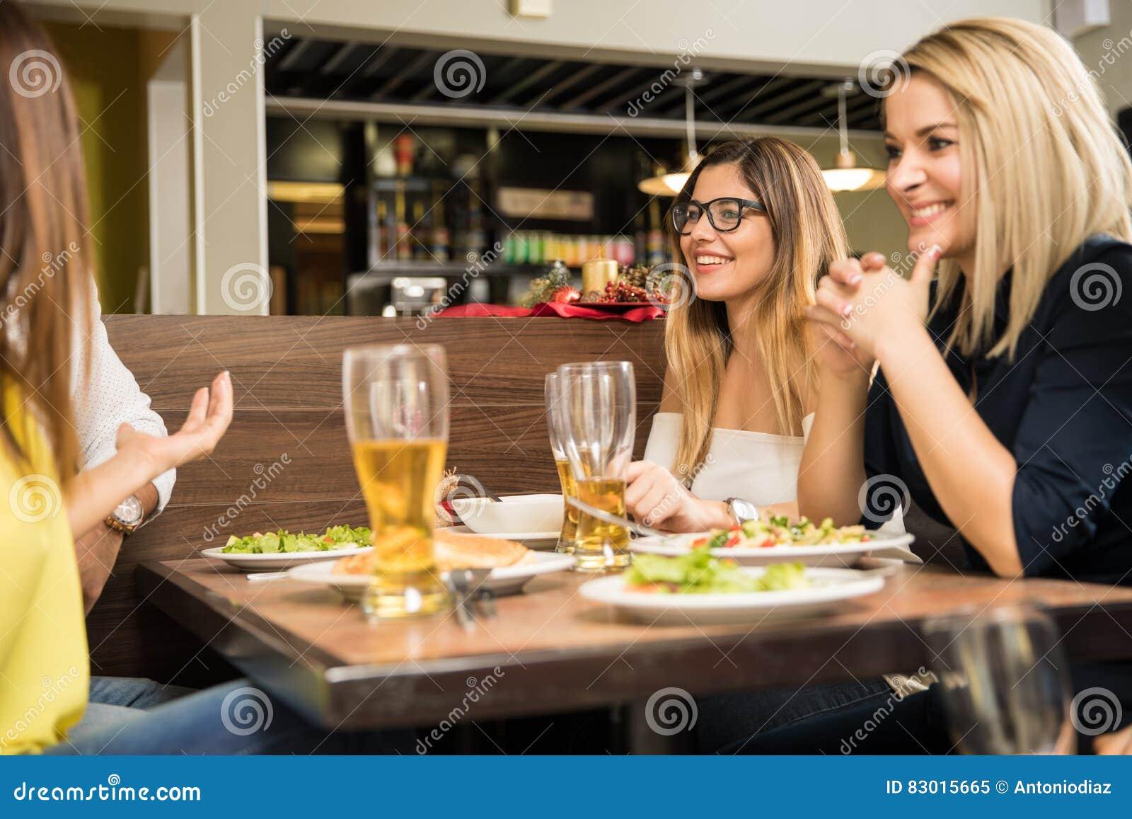 Avoir le bon temps dans un restaurant