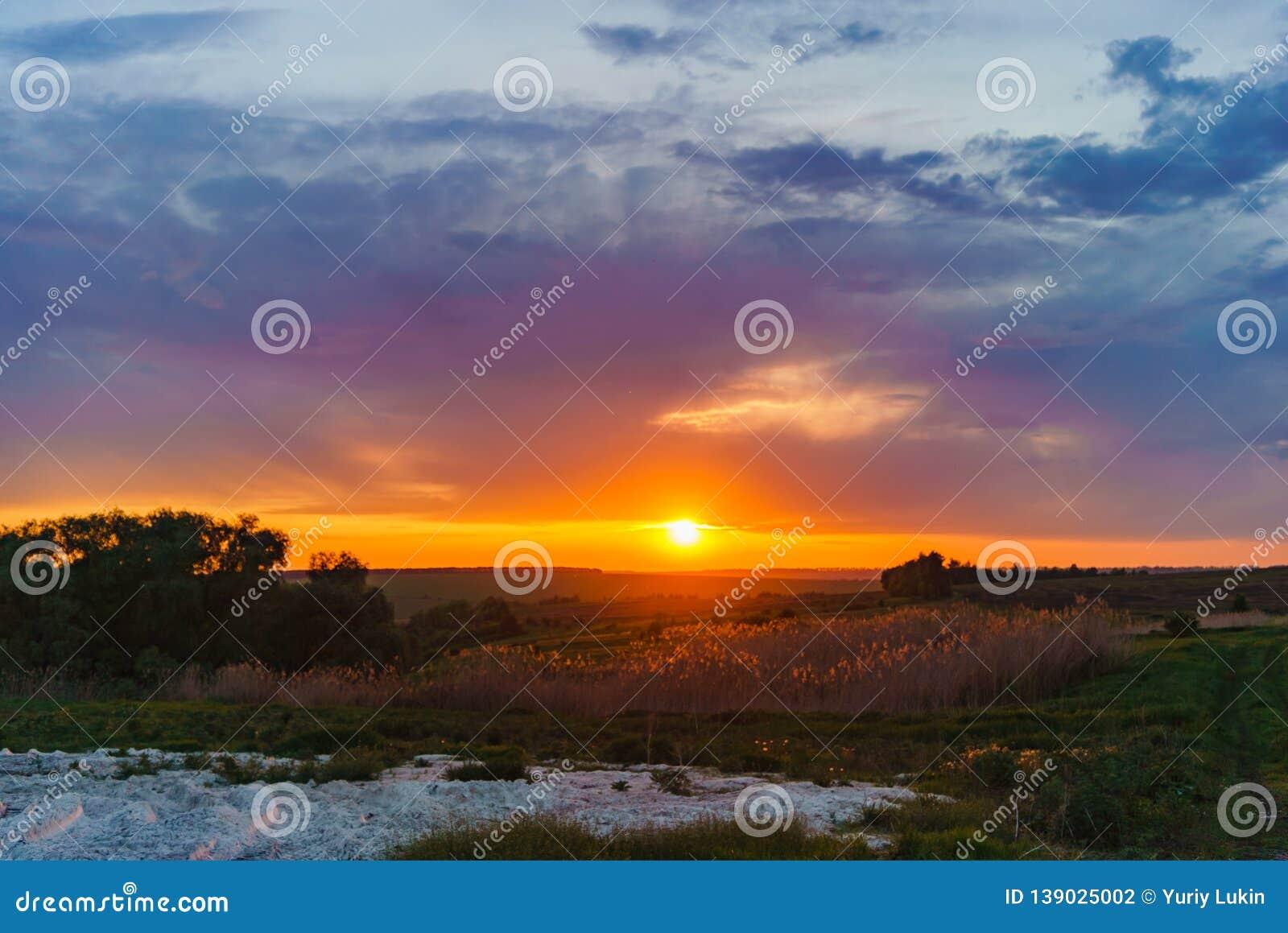 Avond oranje zonsondergang over Valday-meer, de fotografie van het de aardlandschap van Rusland De herfstzonsondergang, openlucht