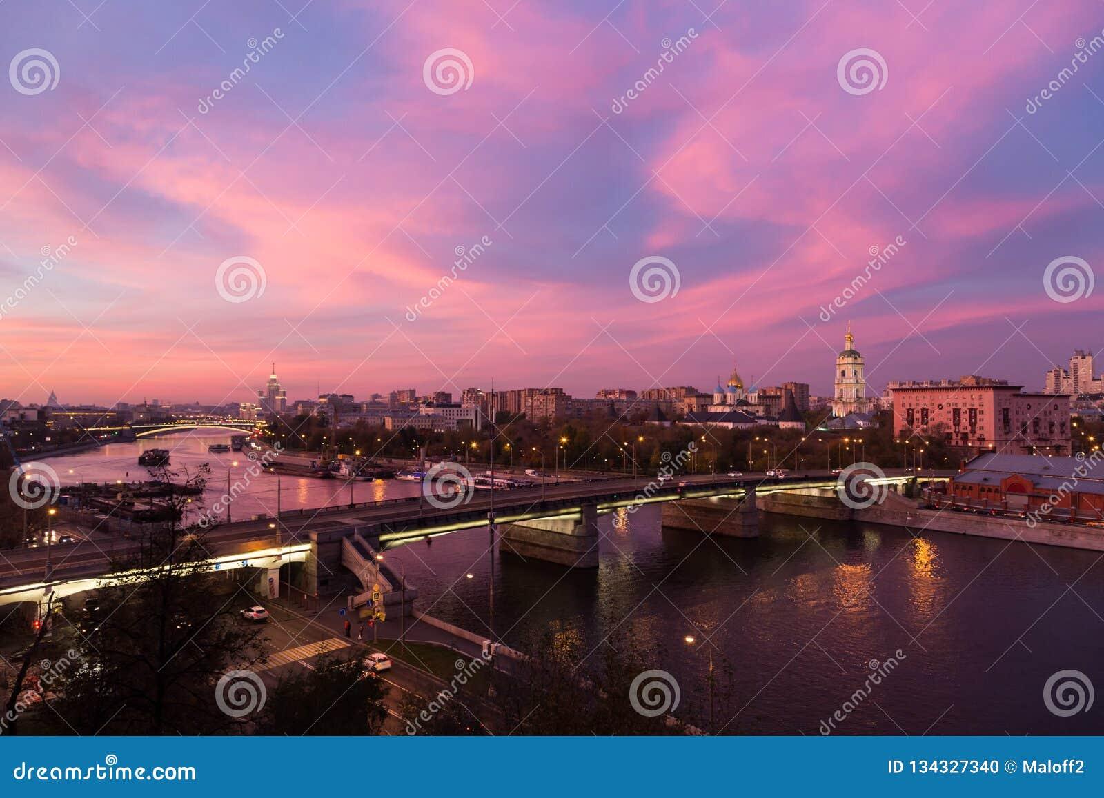 Avond, schemering en nachtmening, rode zonsondergang over Moskva-rivier en rode hemel, Nieuw klooster van de Verlosser en Novospa
