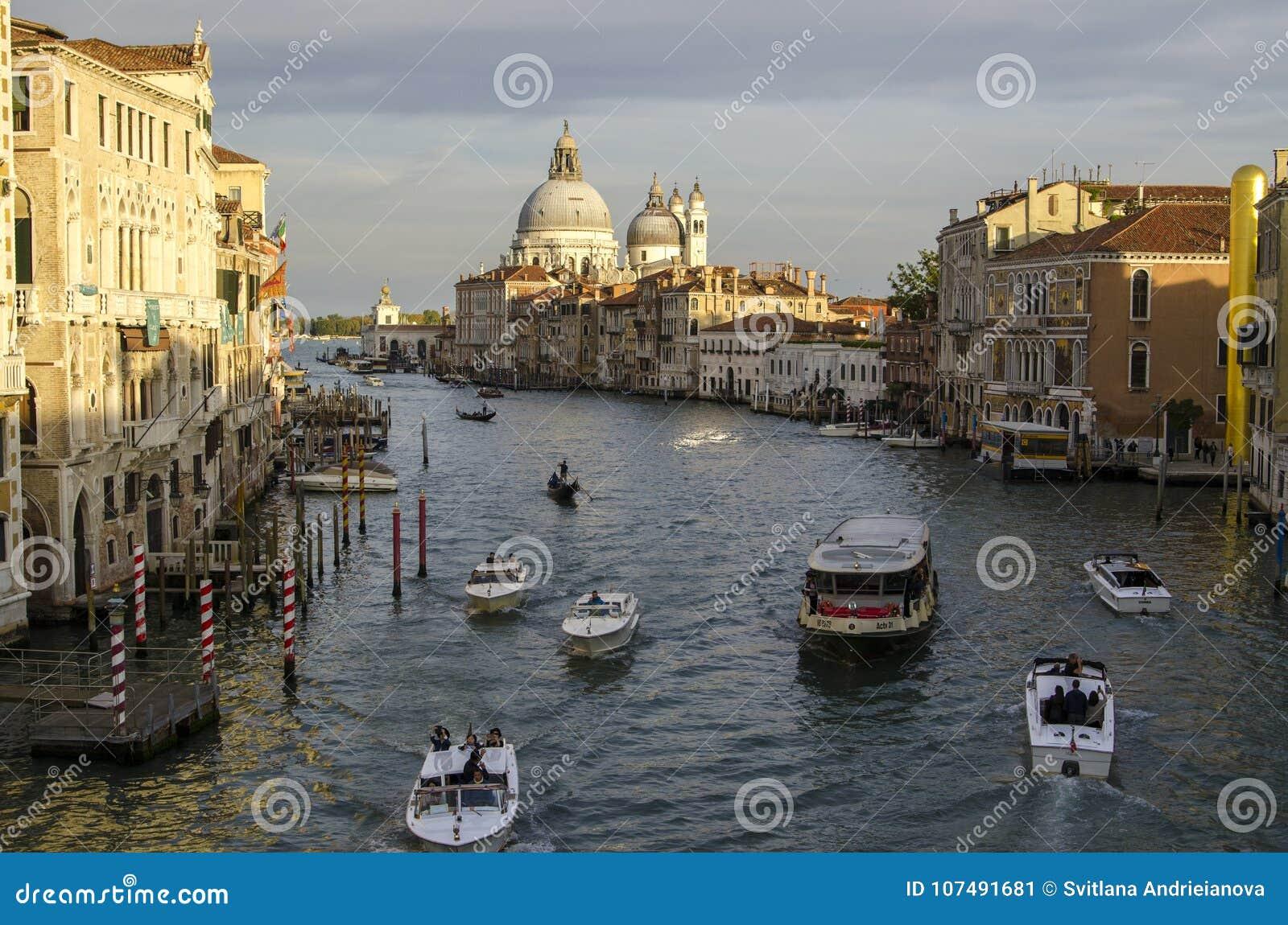 Avond Venetië, lichten, gondels en kanaal