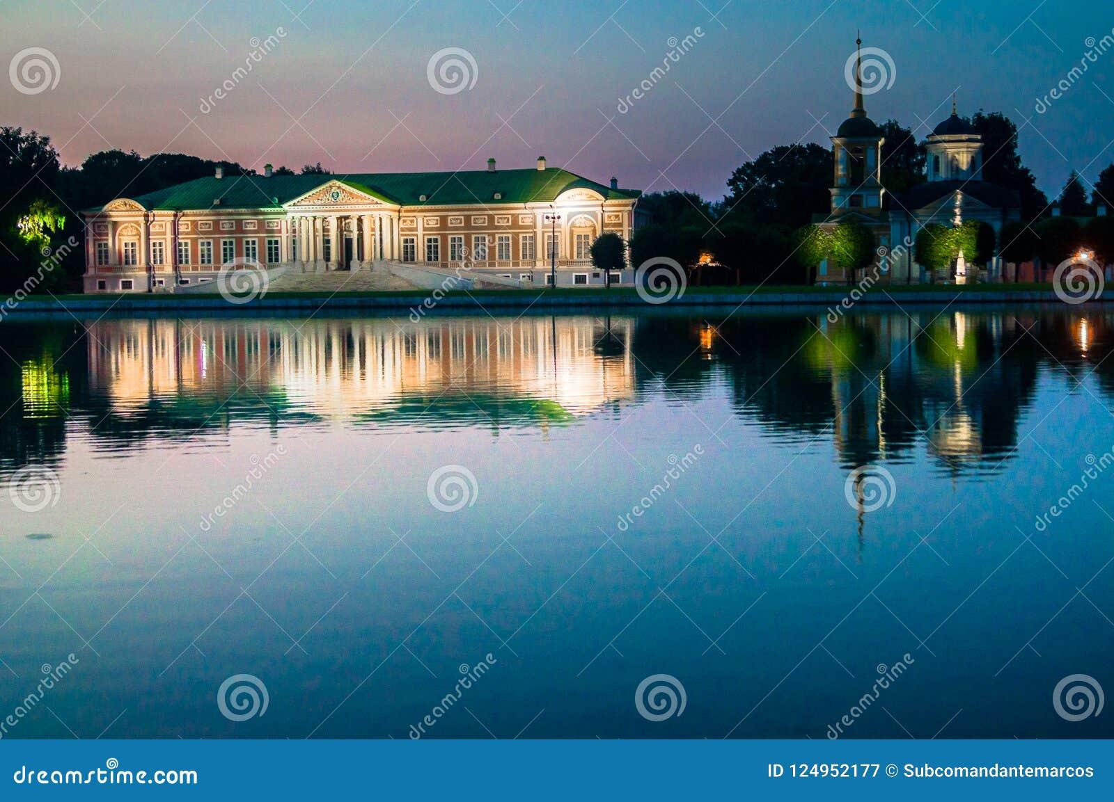 Avondmening van het de reservemuseum Kuskovo, het vroegere landgoed van de Staat van het de zomerland van de 18de eeuw moskou Rus