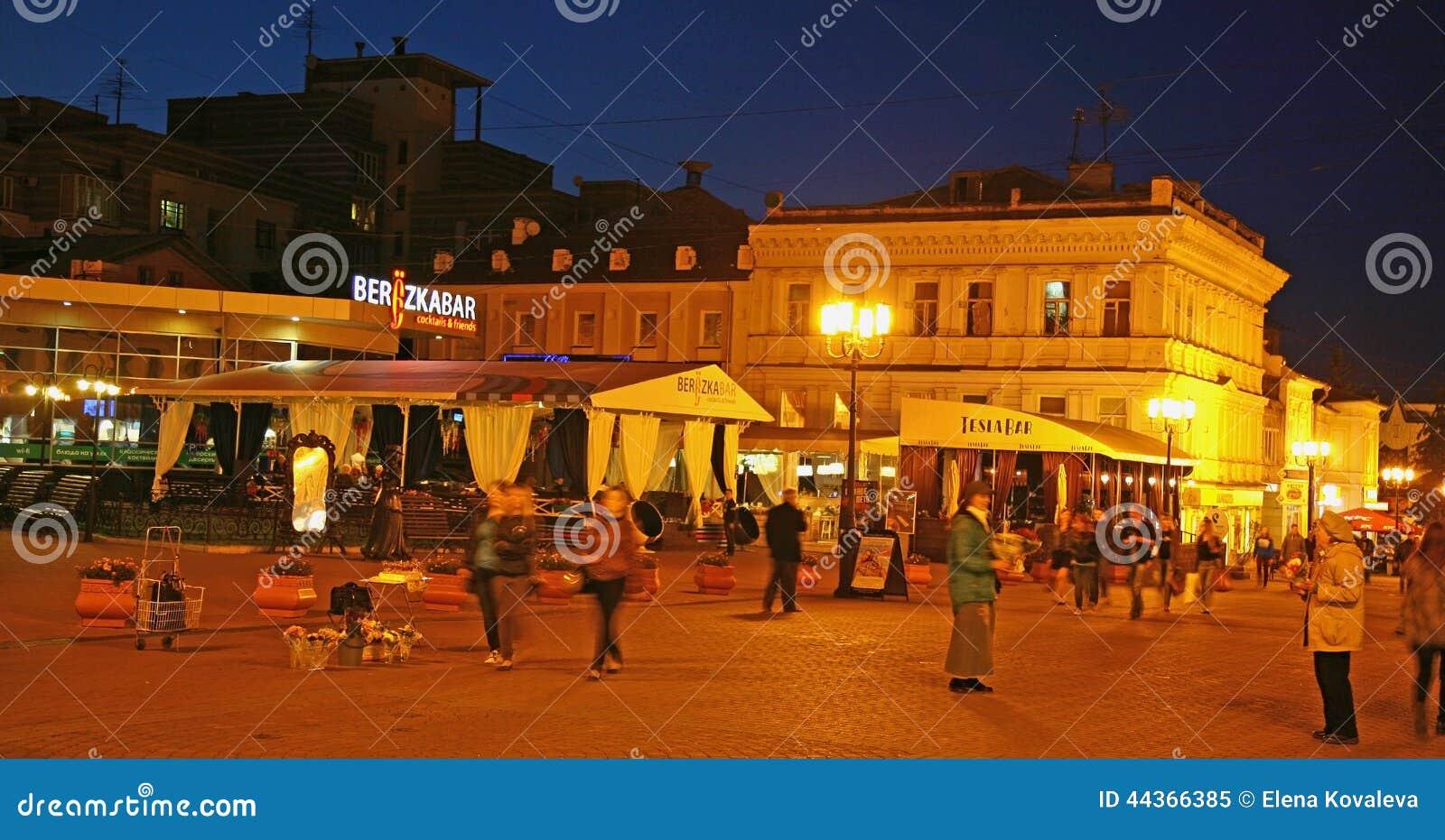 Avondrestaurants bij de straat van Bolshaya Pokrovskaya in Nizhny-Nov.