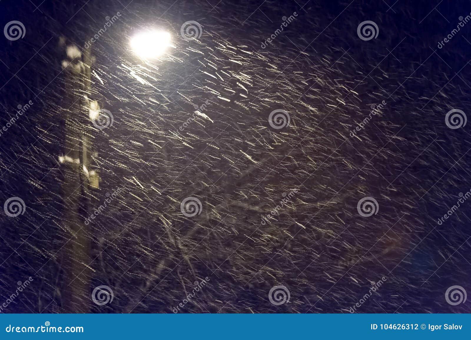 Download Avondsneeuwstorm Als Achtergrond Stock Foto - Afbeelding bestaande uit outdoors, vorst: 104626312