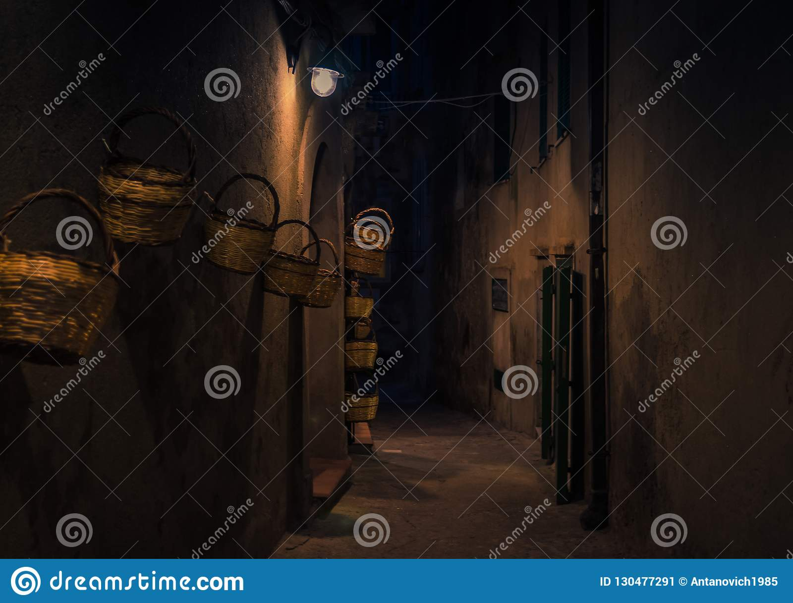 Avondstraat met heldere lantaarnsmanden op muur, Tropea, Ita