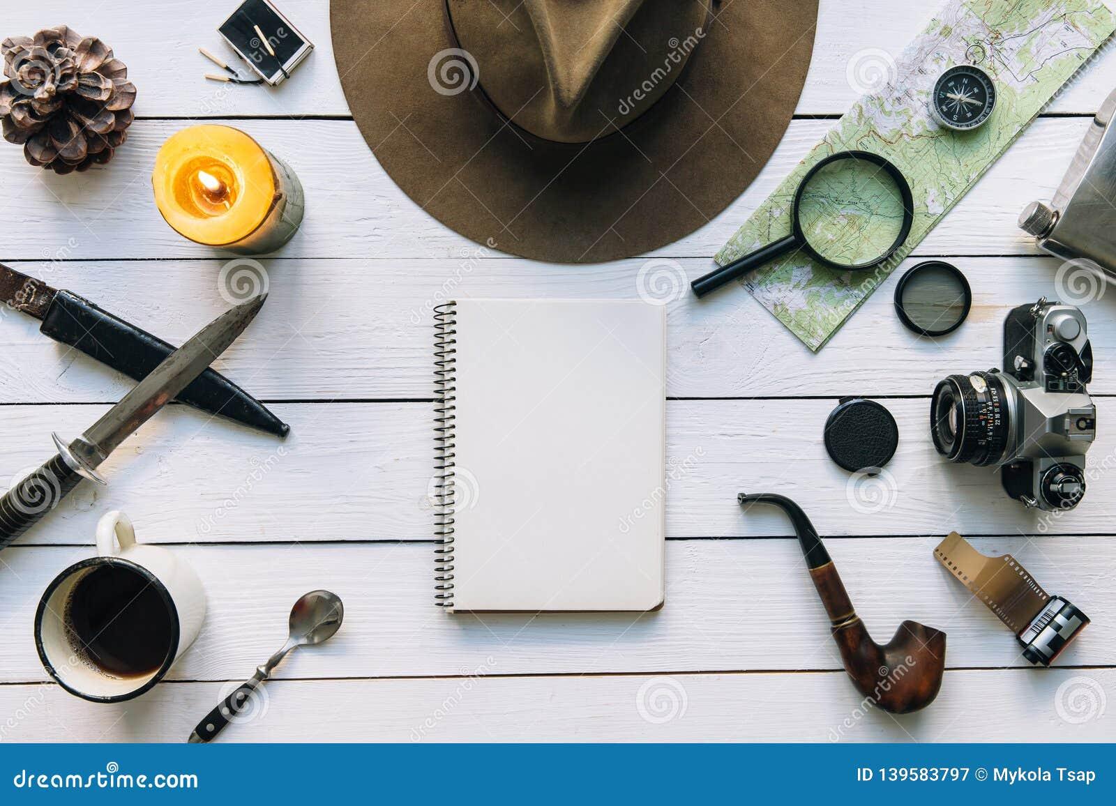 Avontuur de planningsvlakte lag Reis uitstekend toestel op witte houten lijst Met inbegrip van laarzen, rokende pijp, hoed, blocn