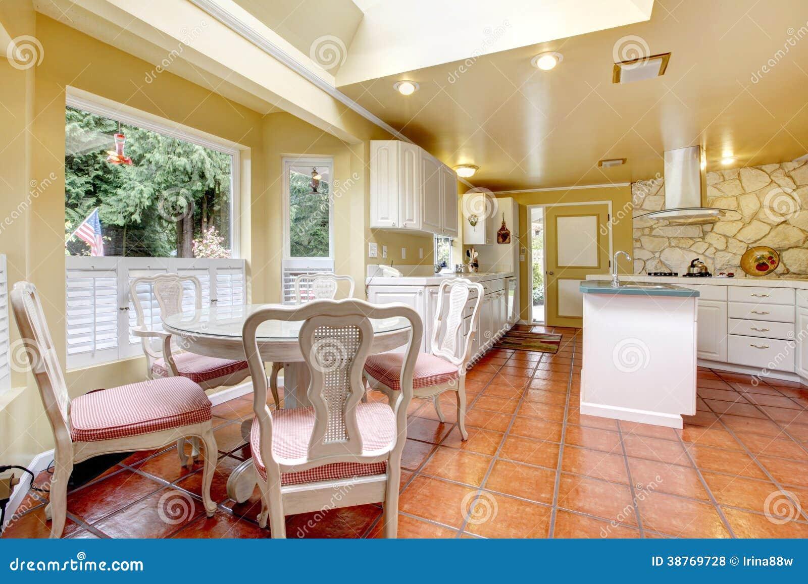Avorio e stanza bianca della cucina con l 39 insieme del tavolo da pranzo fotografia stock - Stanze da pranzo ...