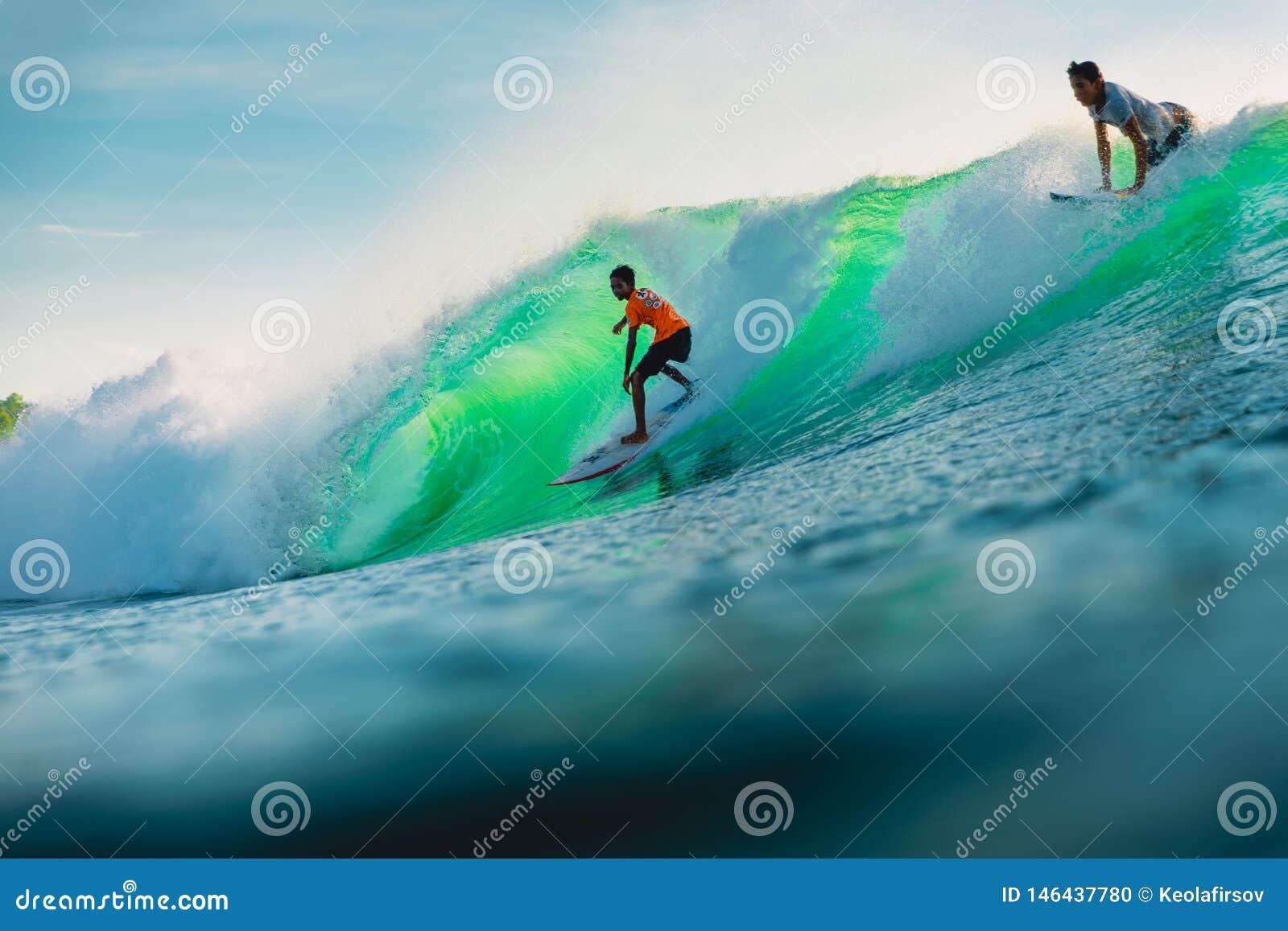 25 avril 2019 Bali, Indon?sie Tour de surfer sur la vague de baril Surfer professionnel avec les ressacs id?aux ? la plage de Bin