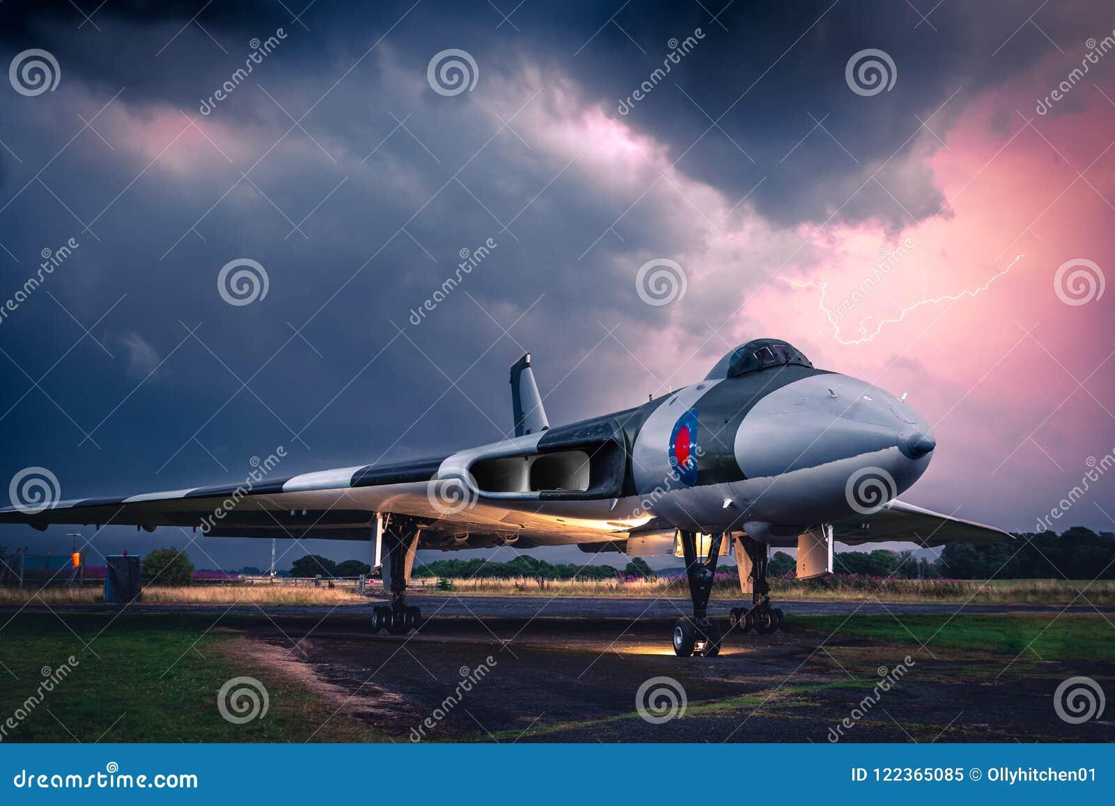 Avro Vulcan XJ823 pod ciężkimi niebami podczas elektrycznej burzy