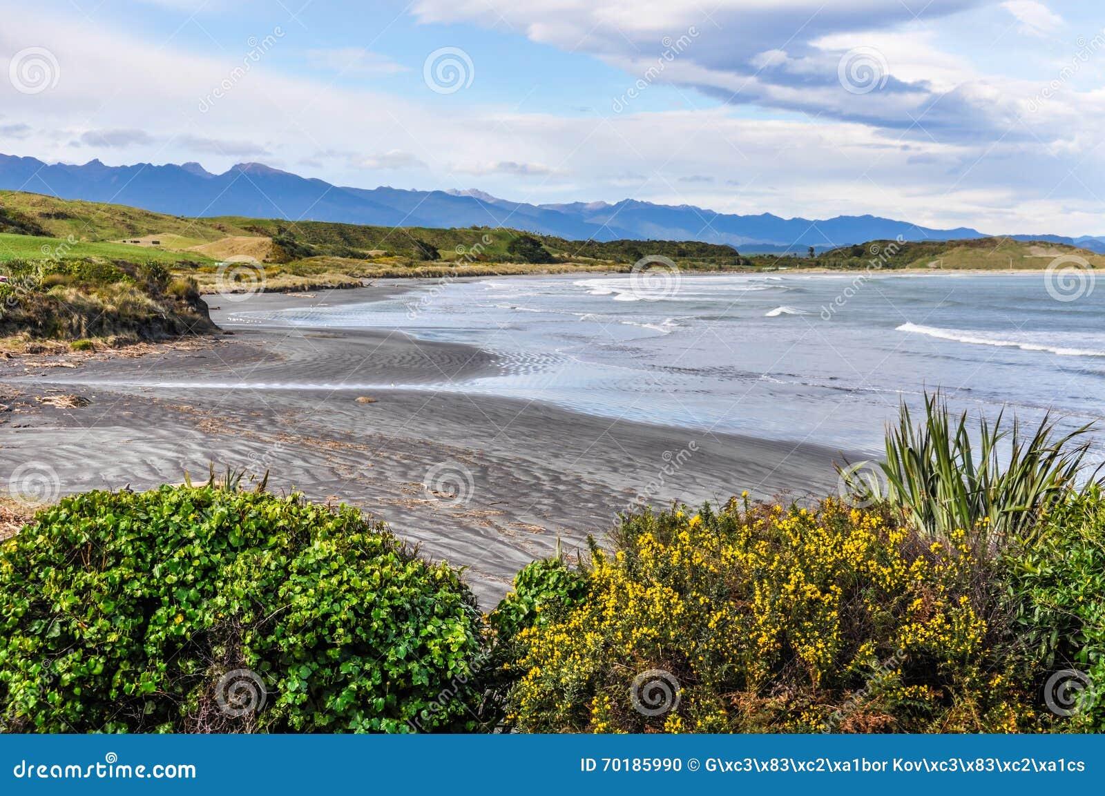 Avskild strand i udde Foulwind, Nya Zeeland