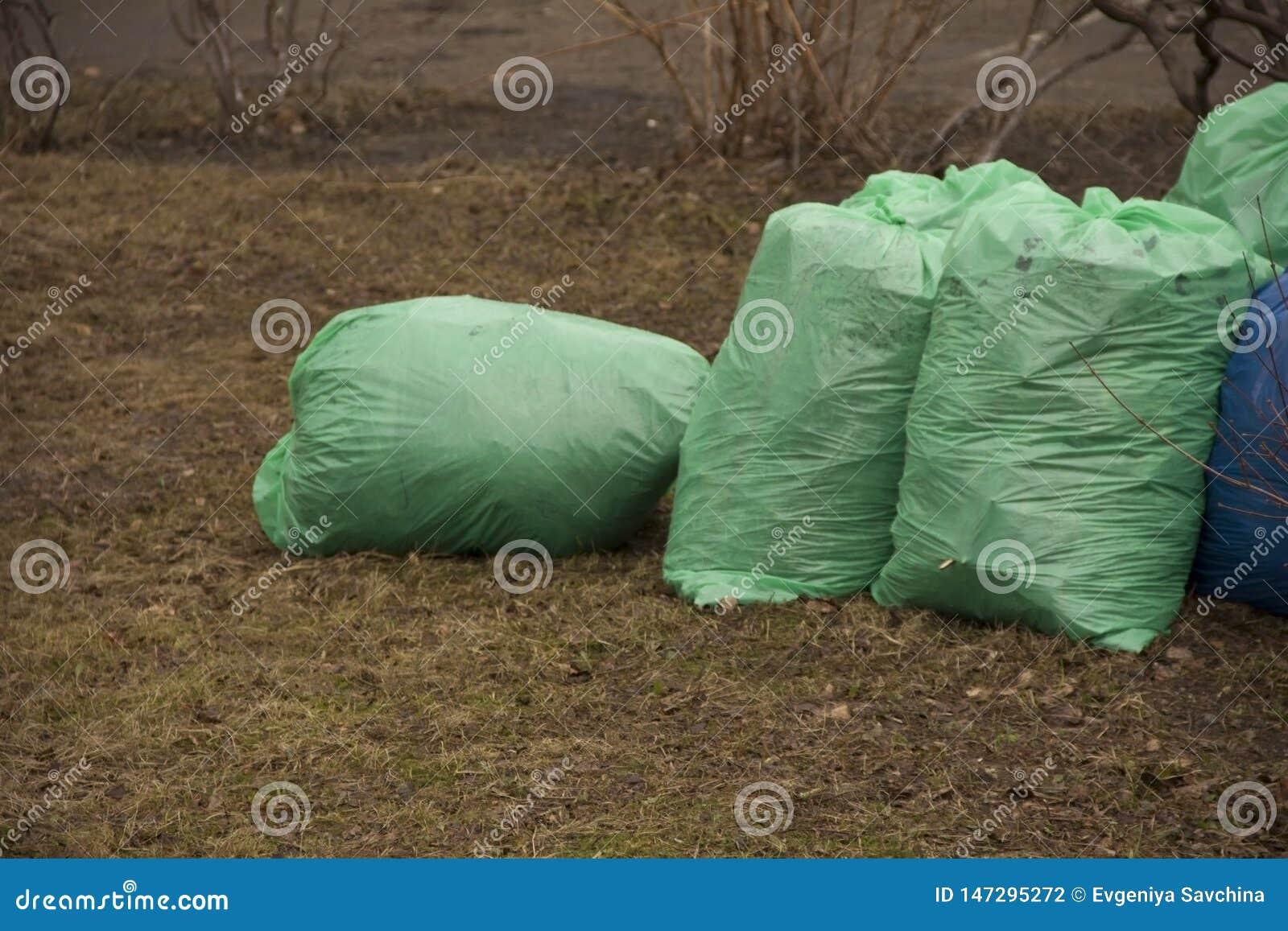 Avskrädepåsar fylls med avfall