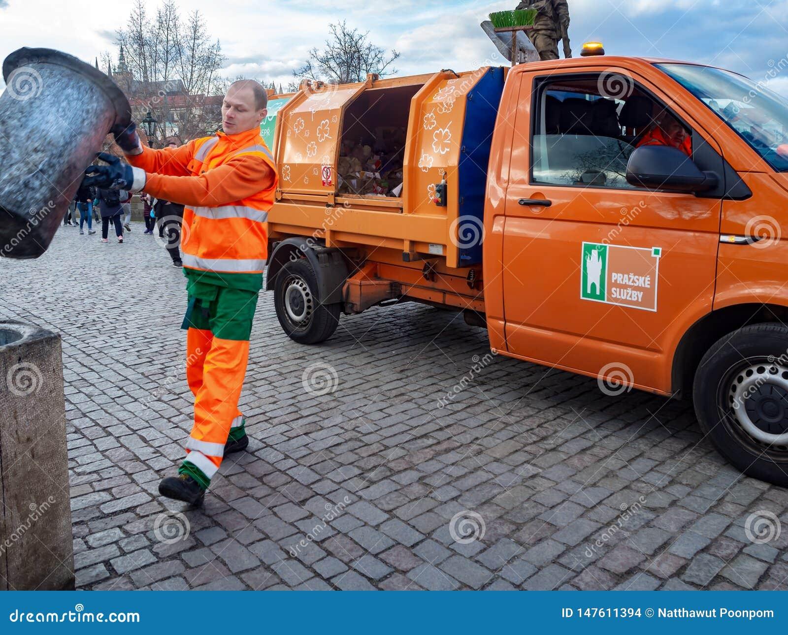 Avskrädesamlaren häller avskräde in i avskrädelastbilen