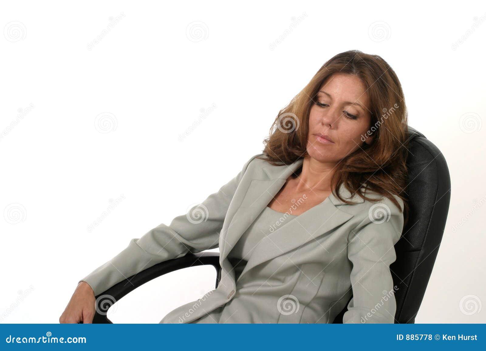 Avslappnande kvinna för affärsledare