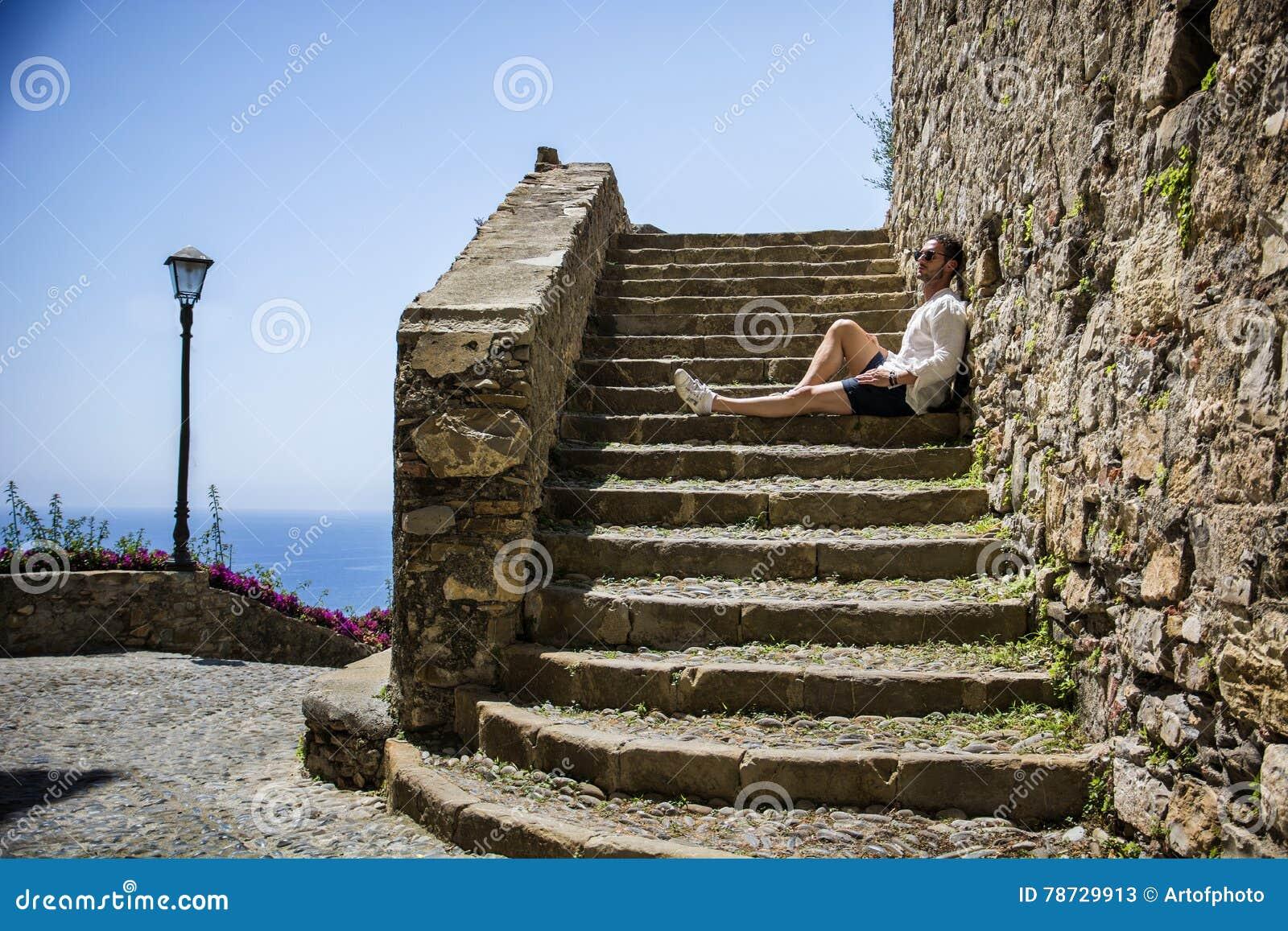 Avslappnande stilfullt mansammanträde på trappa