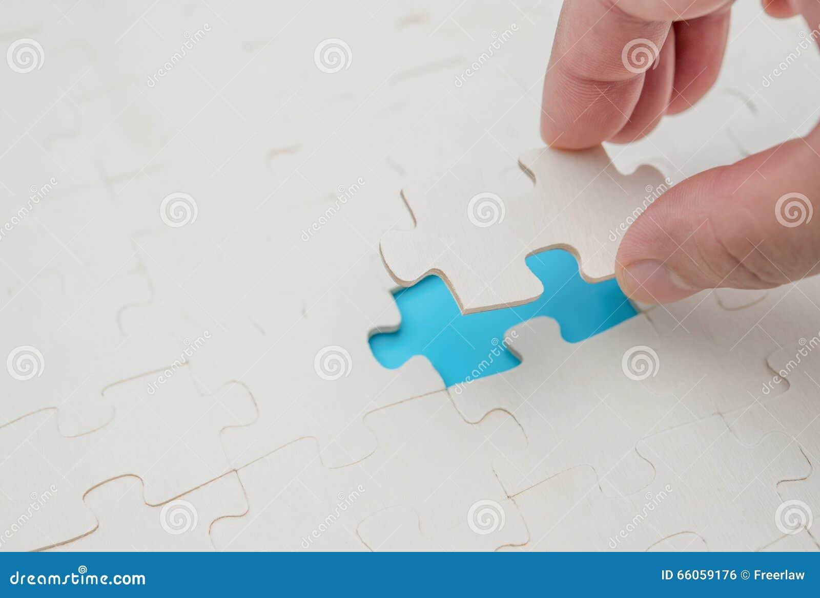 Avsluta det sista stycket av pusslet spela på blått