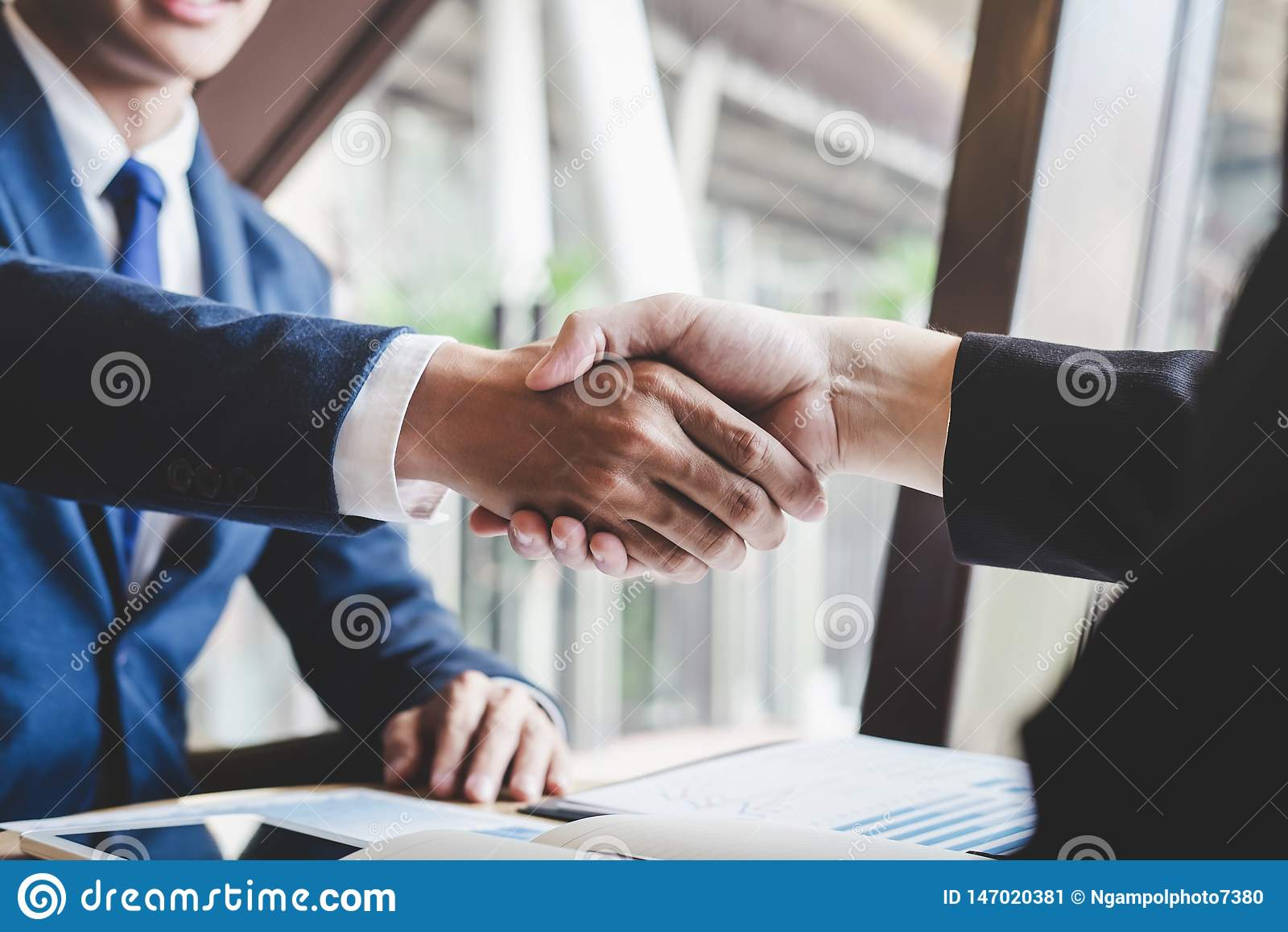 Avsluta upp ett m?te, handskakning av tv? lyckliga aff?rspersoner efter avtals?verenskommelse att bli en partner som ?r kollabora