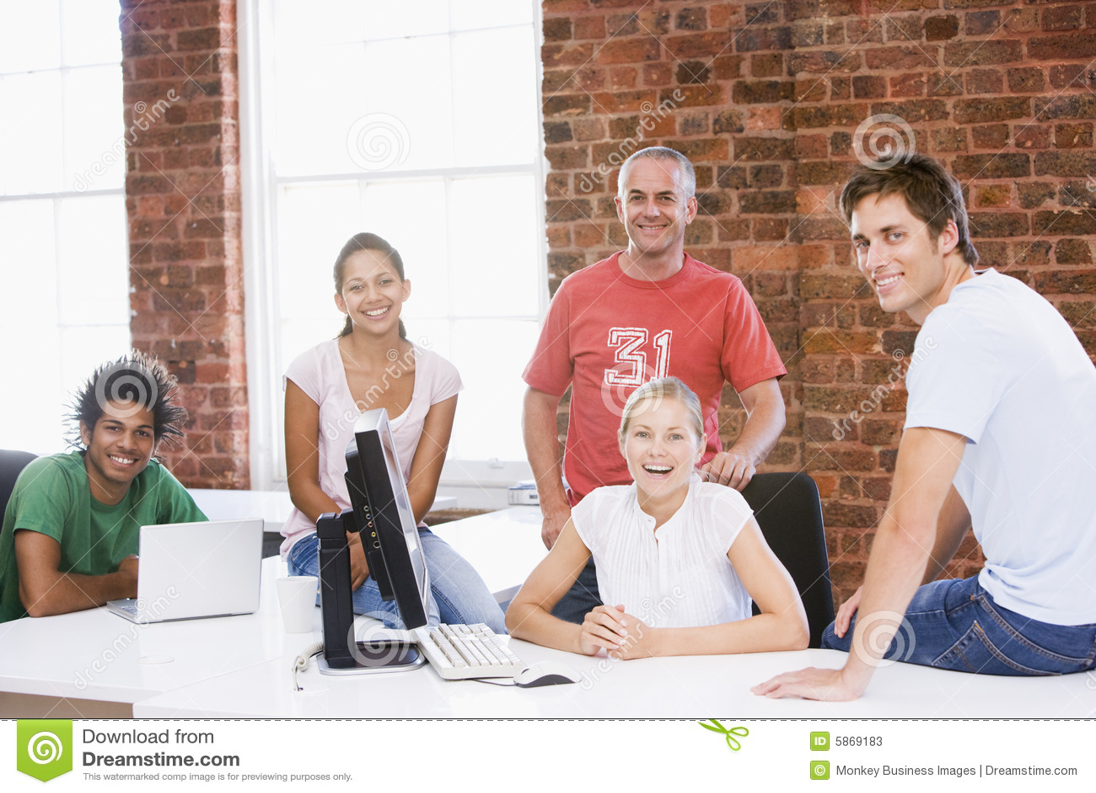 Avstånd för kontor för businesspeople fem le