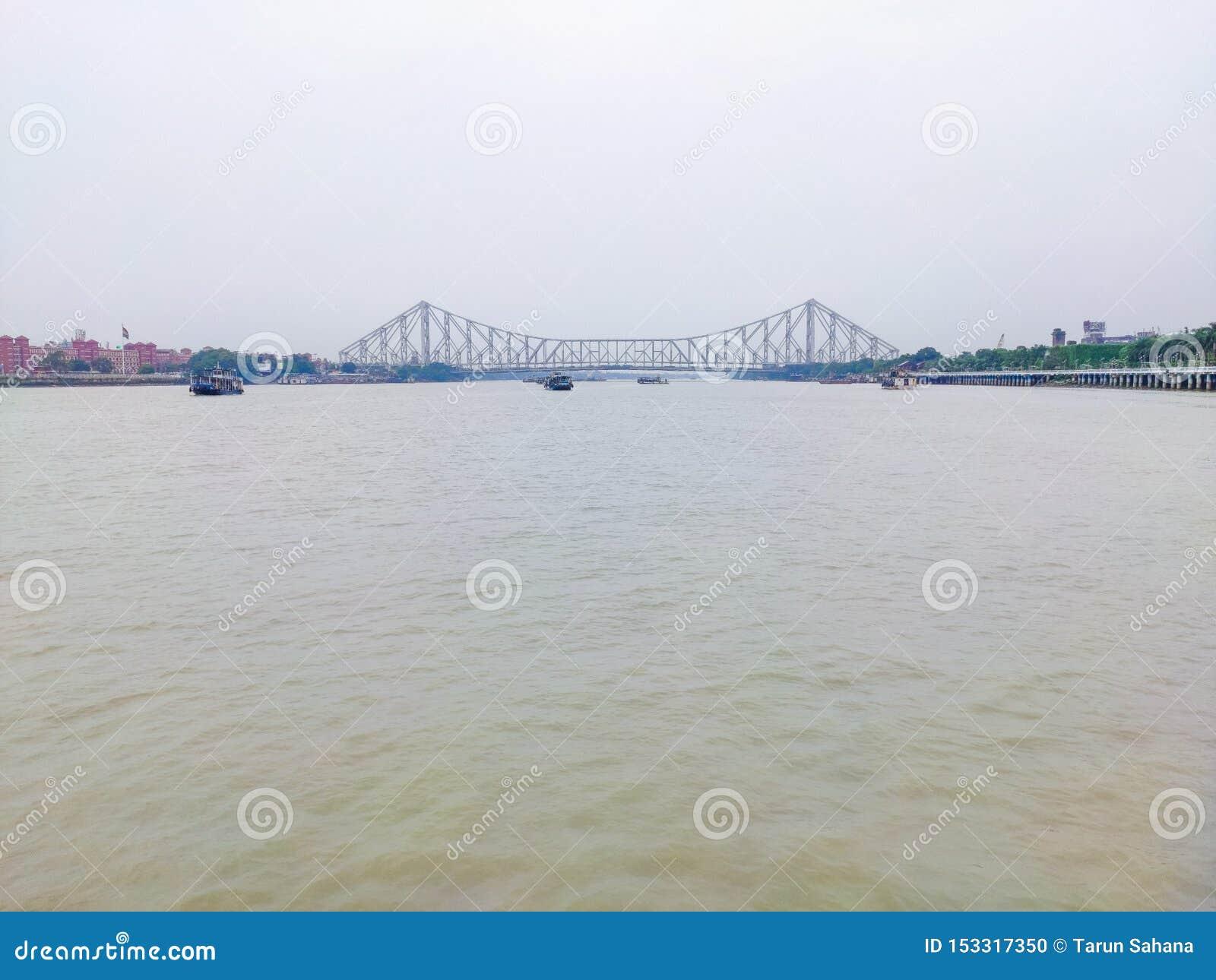 Avståndssikt av den howrah bron