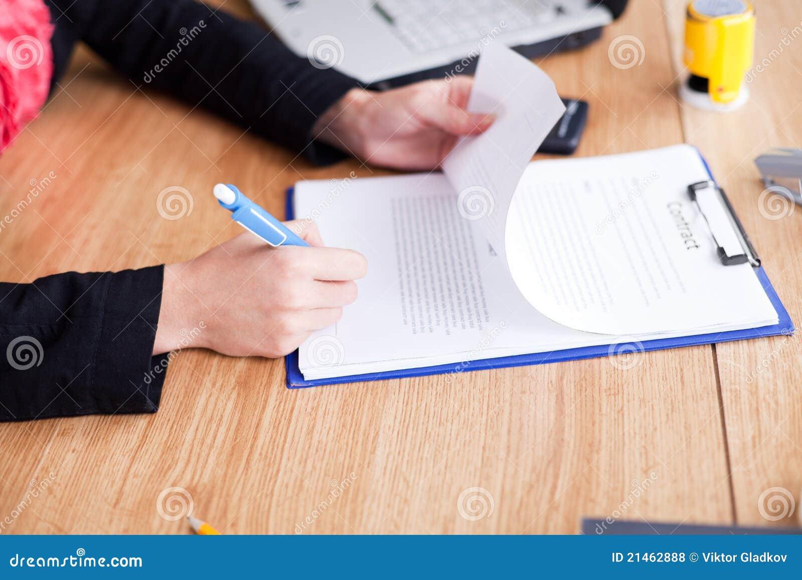 Avtalet undertecknar upp kvinnan