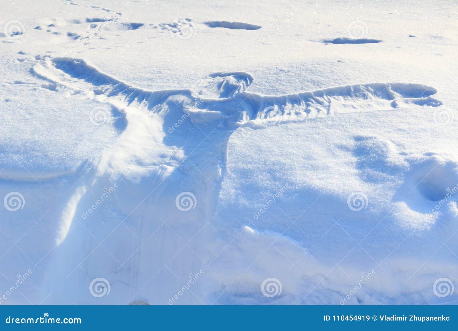 Avtryck av människokroppen på snön