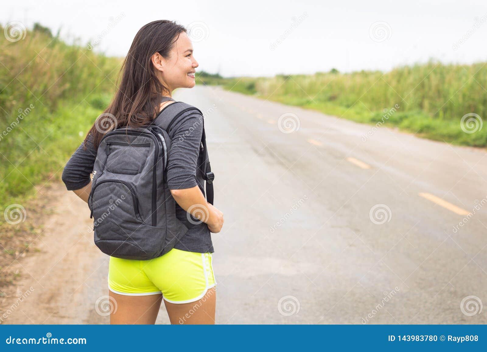 Avventure felici di viaggio Backpacking del viaggiatore della donna