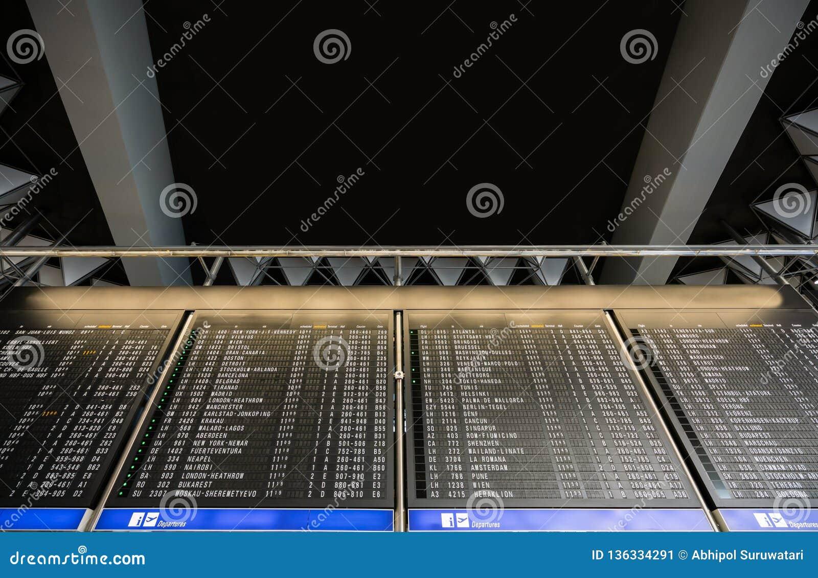 Avvikelser och ankomster Timeboard i den moderna flygplatsen med kopian gör mellanslag text här