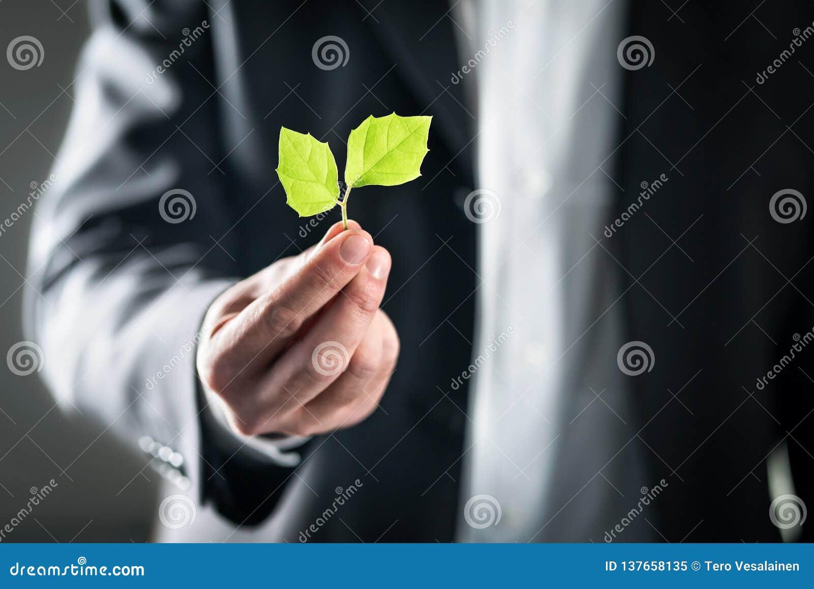 Avvocato di Eco o uomo ambientale amichevole di affari Sviluppo sostenibile, mutamento climatico, ecologia e concetto di orma del