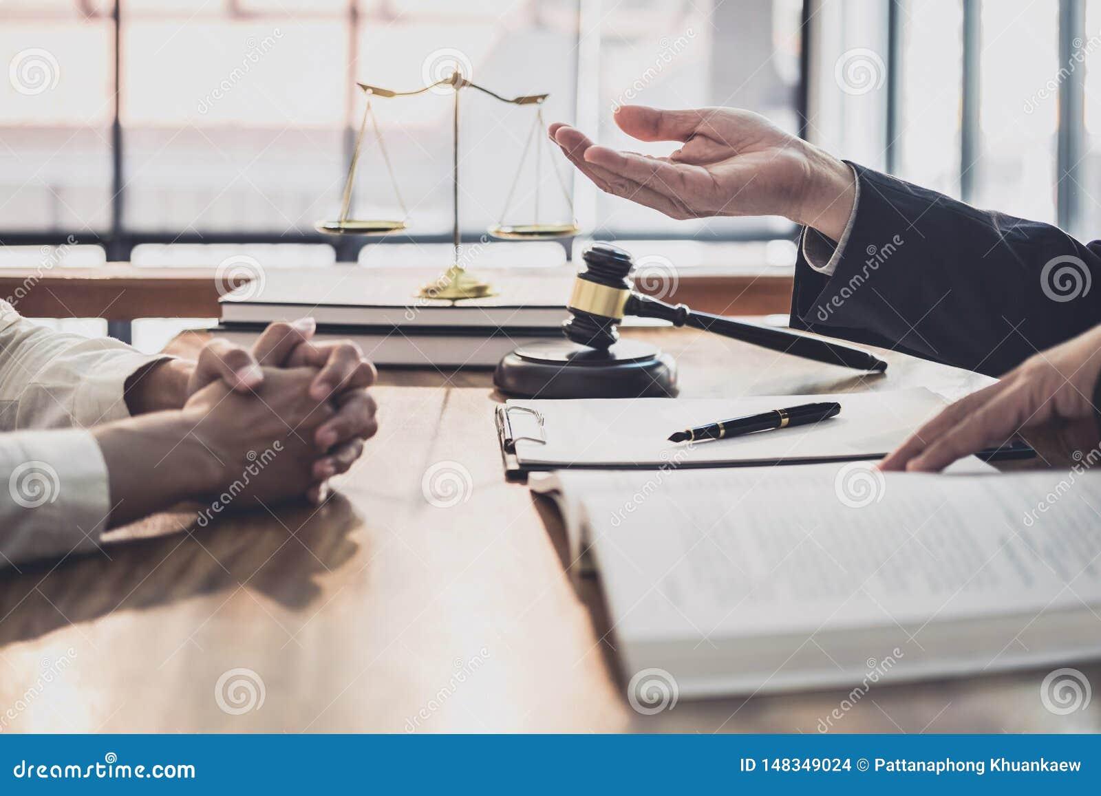 Avvocato o giudice maschio consultare avere riunione del gruppo con il cliente della donna di affari, la legge ed il concetto di