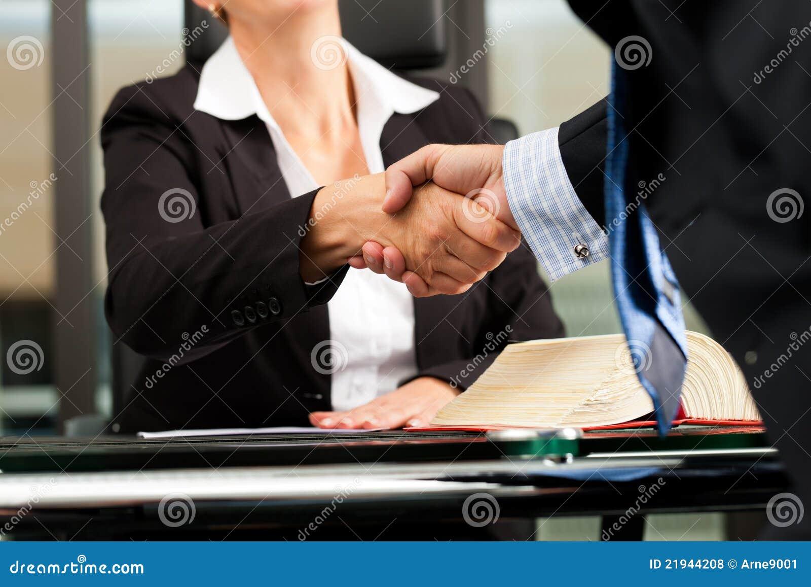 Avvocato O Notaio Femminile Nel Suo Ufficio Fotografia