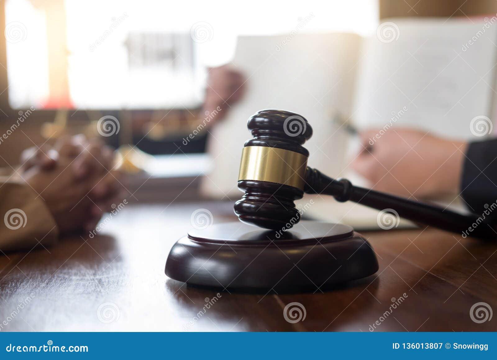 Avvocato In Ufficio Consigliando Ed Esprimendo Parere ...