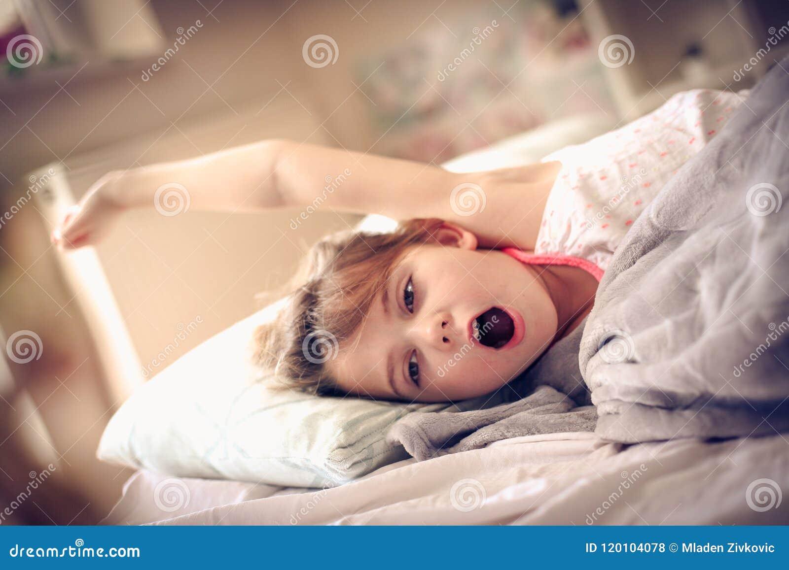 Awaking. Kid in bed.