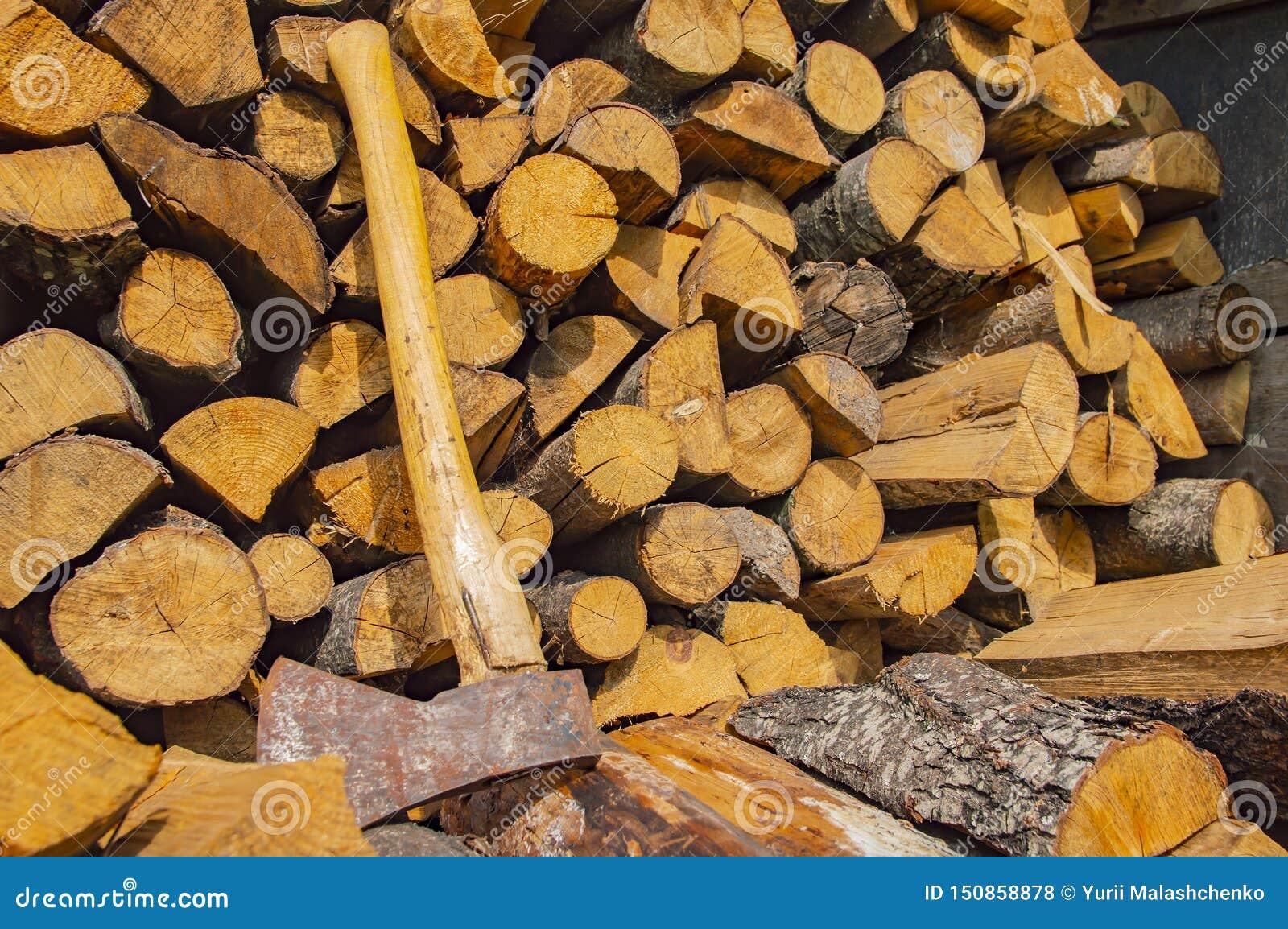 Ax kłama na brogującym siekającym drewnie - wylesienie