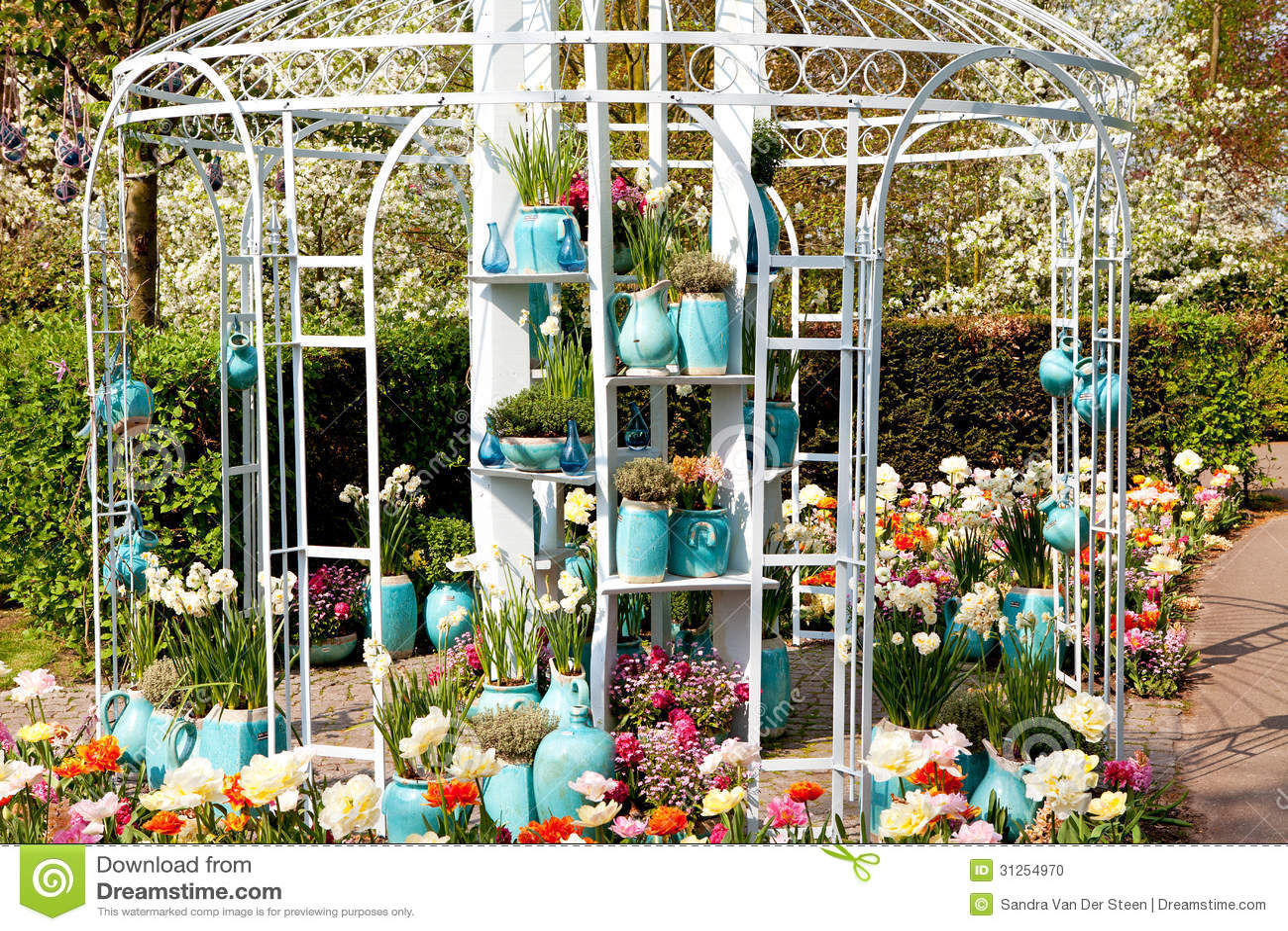 axe de maison de jardin avec des pots et des fleurs photo. Black Bedroom Furniture Sets. Home Design Ideas