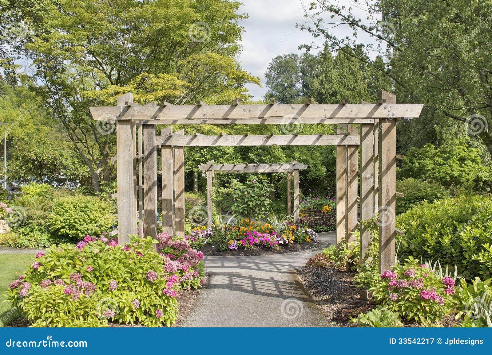 axe en bois au dessus de chemin de jardin image stock image du t arbre 33542217. Black Bedroom Furniture Sets. Home Design Ideas