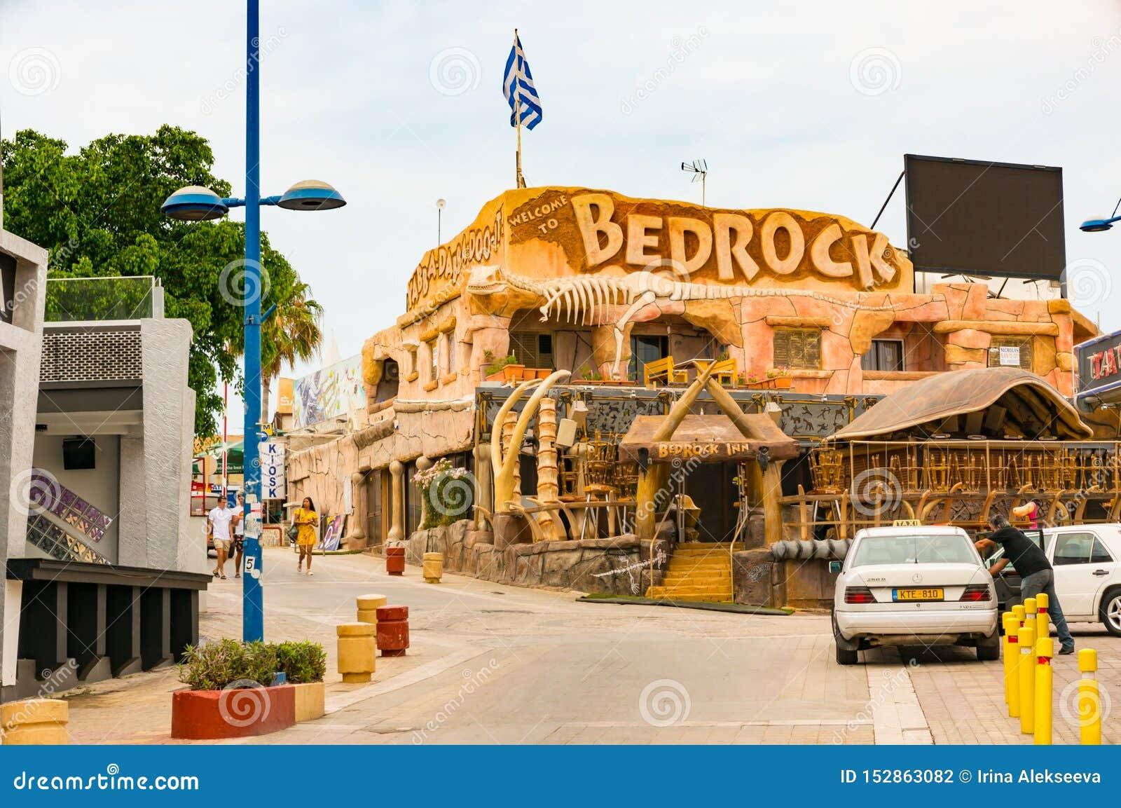 Ayia Napa,塞浦路斯- 2018年6月2日:在度假胜地的街道上 普遍的BedRoсk咖啡馆餐馆的看法有优秀的