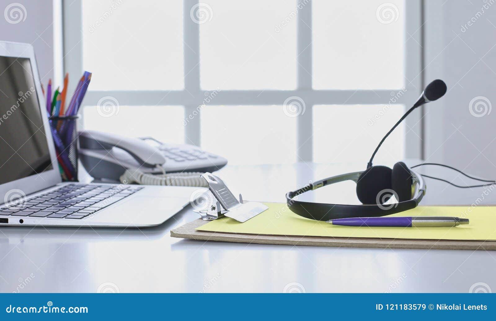 Ayuda de comunicación, centro de atención telefónica y puesto de informaciones del servicio de atención al cliente Auriculares de
