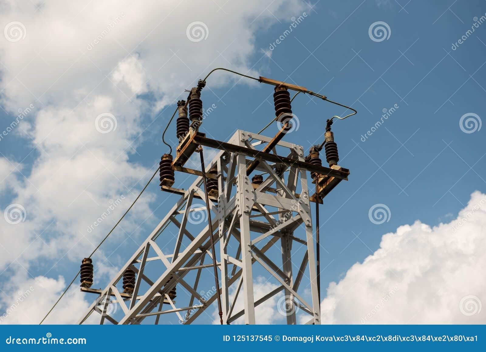 Ayuda de la línea eléctrica del tren o del ferrocarril Líneas eléctricas ferroviarias con electricidad de alto voltaje en polos d
