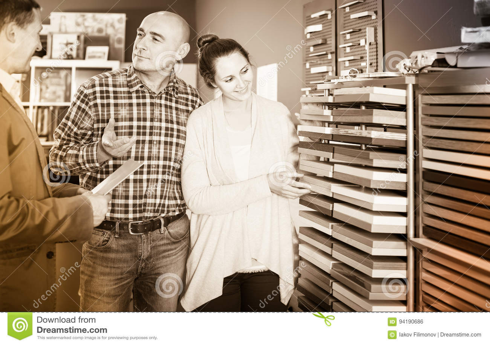 Ayudante de tienda que trabaja con el cliente feliz en tienda