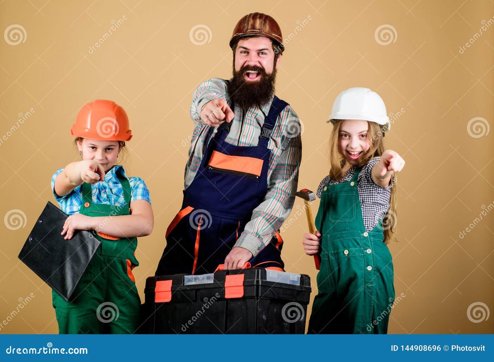 Ayudante del trabajador de construcci?n Constructor o carpintero Reparador en uniforme capataz Trabajo en equipo de la familia re