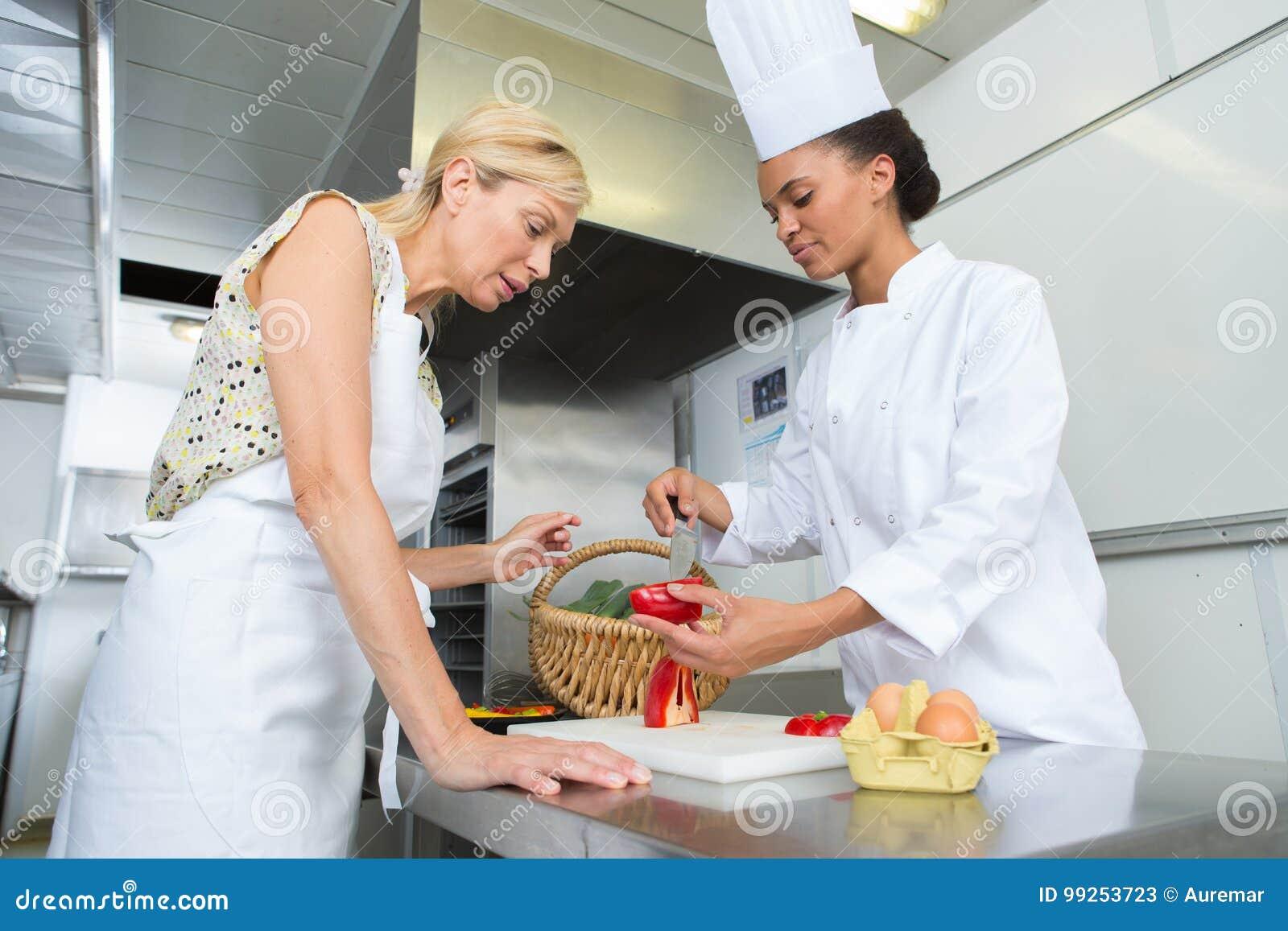 Ayudante joven de enseñanza del ` s del cocinero