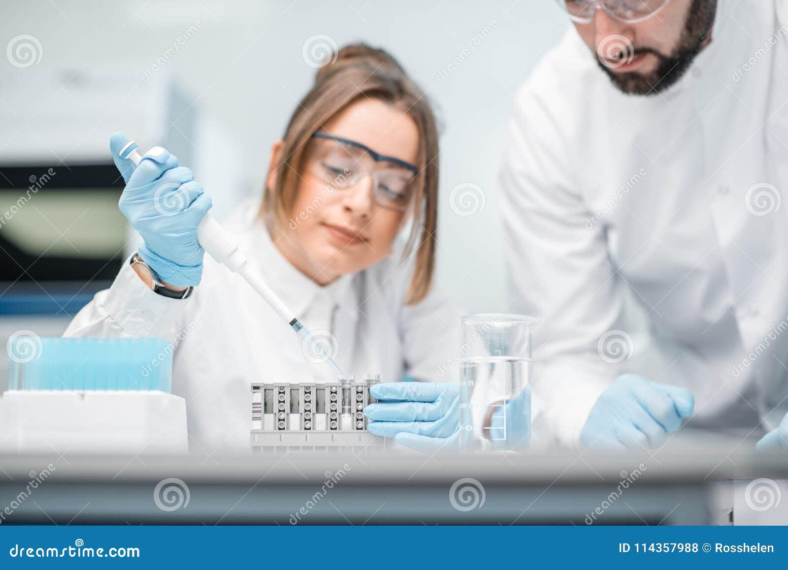Ayudantes de laboratorio que trabajan en el laboratorio médico
