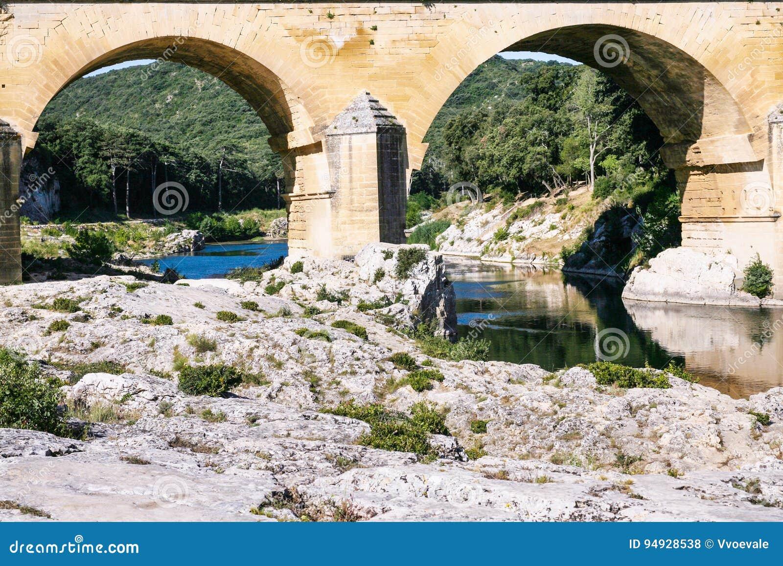 Ayudas del acueducto romano antiguo Pont du Gard