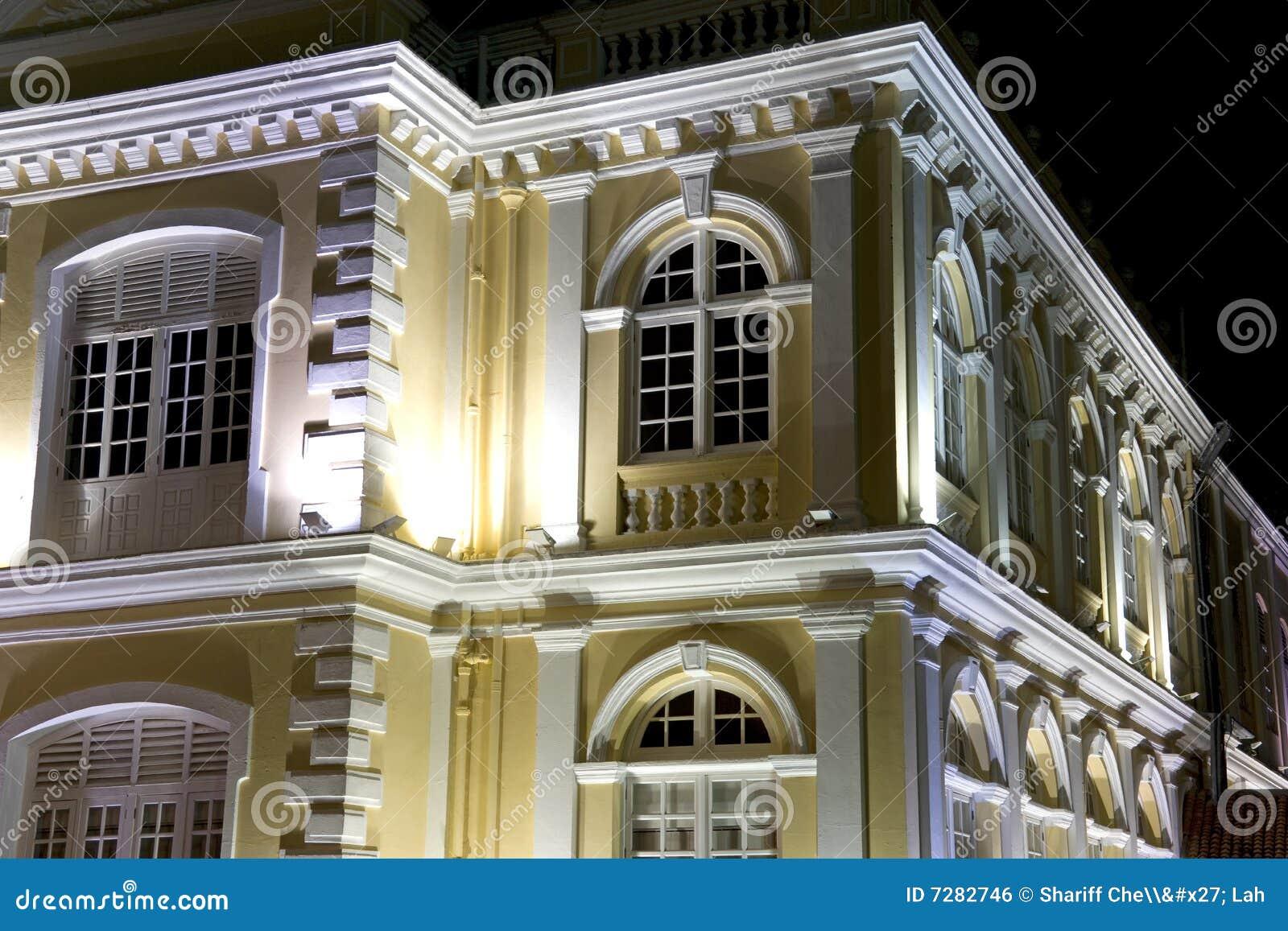 Ayuntamiento colonial en la noche