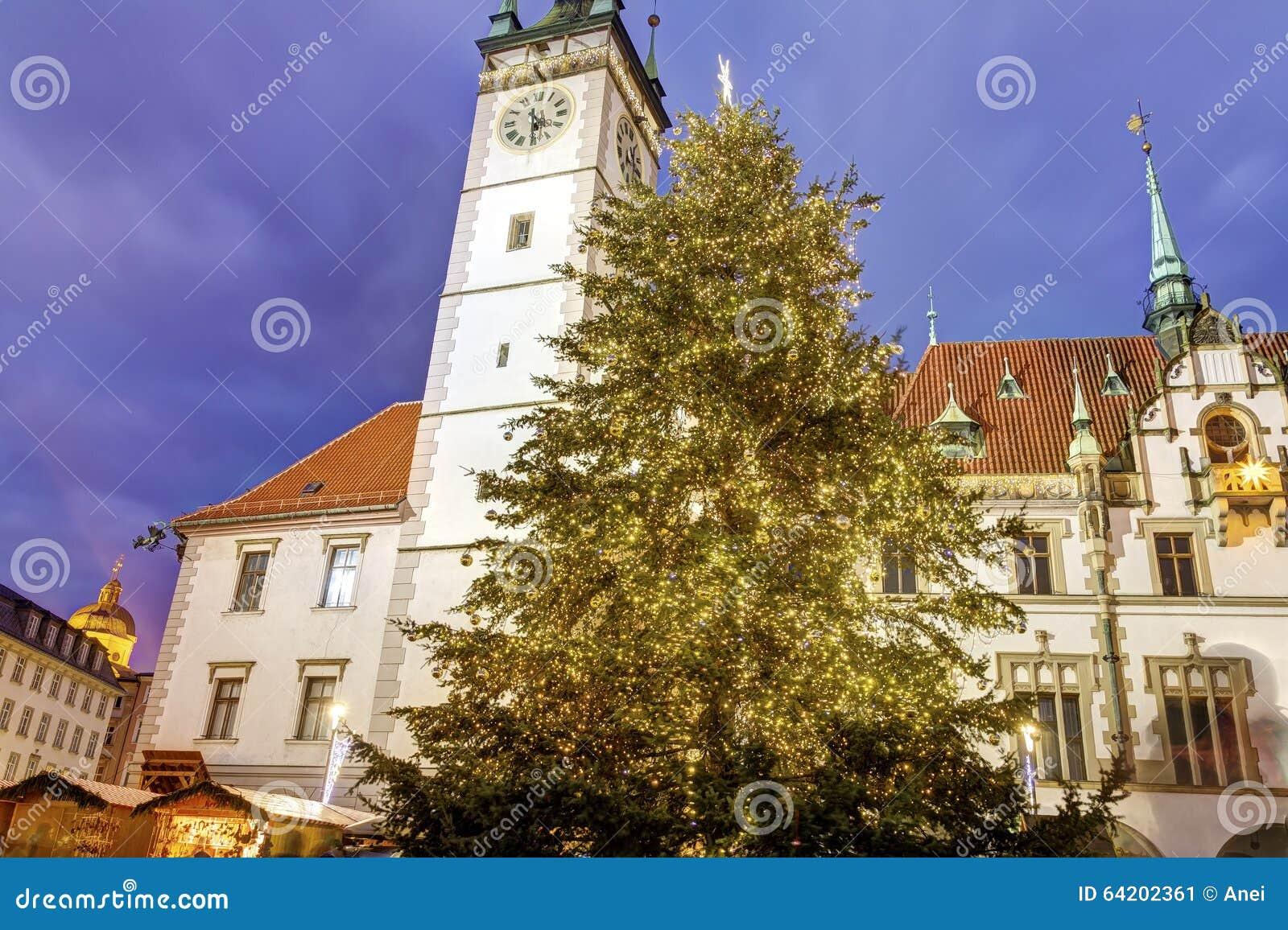 Ayuntamiento de Olomouc con un árbol de navidad grande delante de él