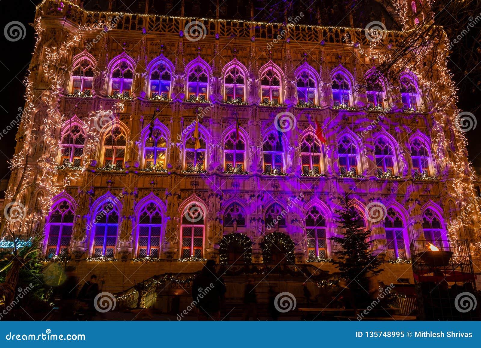 Ayuntamiento gótico iluminado de Lovaina en la Navidad, Bélgica