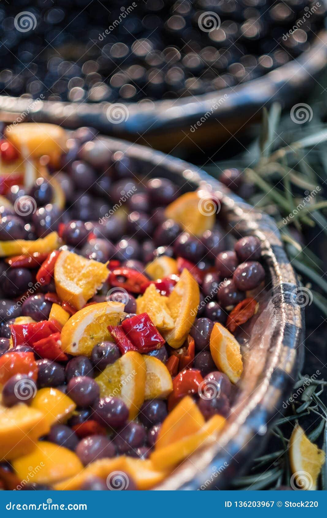 Azeitonas de Kalamata postas de conserva no mercado